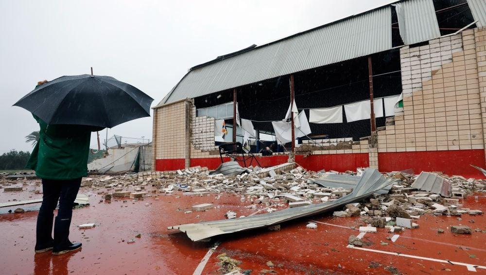 El estado en el que ha quedado el polideportivo de Denia tras el paso del tornado