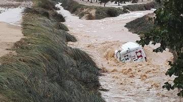 El caudal de una rambla de Fontanars dels Alforins se traga un vehículo