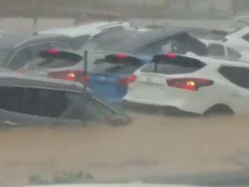 Impactantes imágenes en Orihuela: la tromba de agua se traga varios vehículos