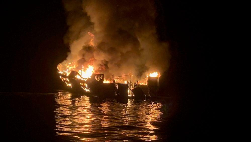 Imagen del barco Conception en llamas