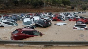 Coches inundados en Orihuela tras el paso de la gota fría
