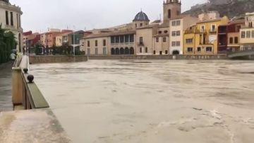 El río Segura se desborda a su paso por Orihuela (Alicante)