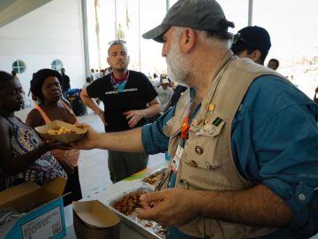 El chef José Andrés sirve comida a personas afectadas por el huracán Dorian en las islas Bahamas