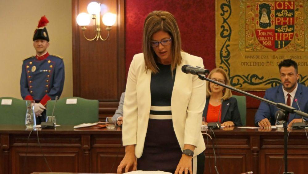 La alcaldesa socialista de Móstoles, Noelia Posse, jura su cargo.