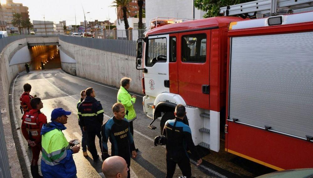 Muere un hombre ahogado tras quedar atrapado en su vehículo en Almería
