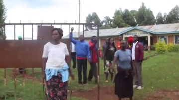 Padres manifestándose a las puertas del colegio donde acudía la menor