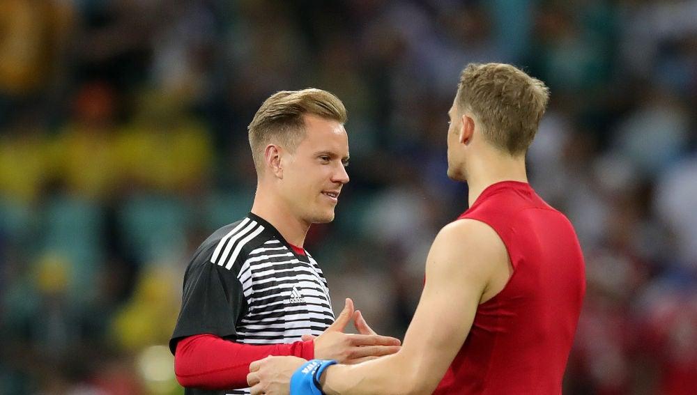 Ter Stegen y Neuer se saludan durante un partido de Alemania