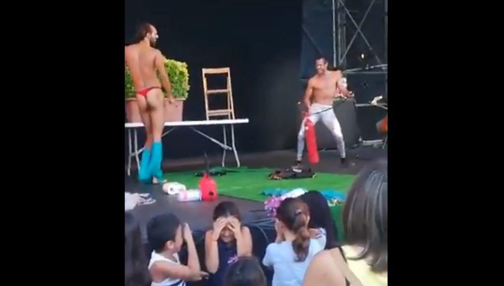 Imagen del momento en el que los dos actores se desnudan en un espectáculo infantil.