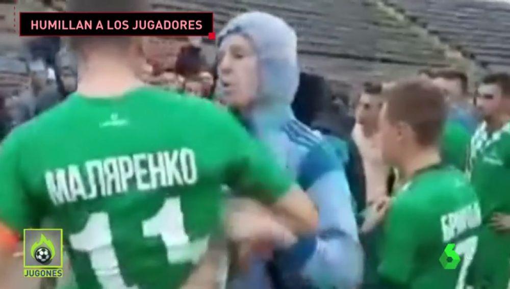 Los ultras de un equipo ucraniano humillan y se pelean con sus propios jugadores