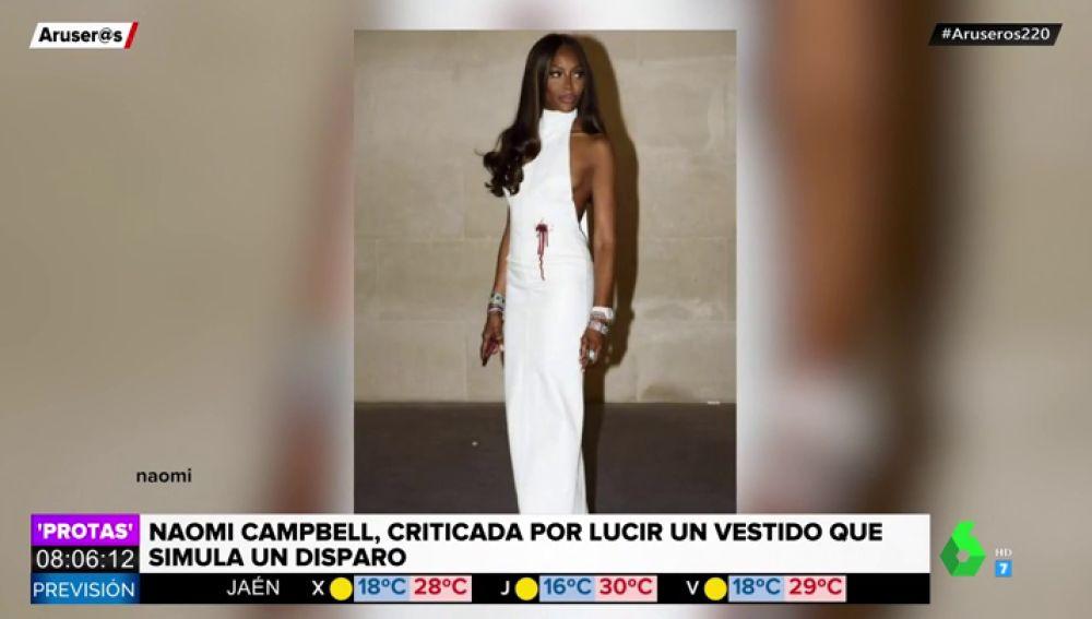 El polémico vestido de Naomi Campbell por el que la acusan de hacer apología de las armas