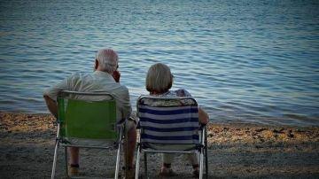 Una pareja de ancianos en la playa (Archivo)