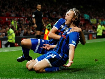 Luke Matheson celebra su gol contra el Manchester United