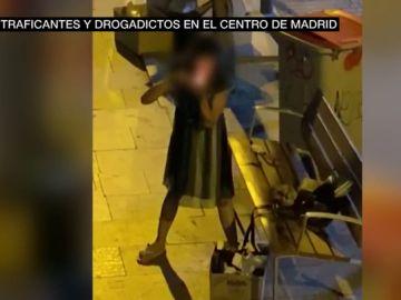 Una joven consume heroína en plena calle