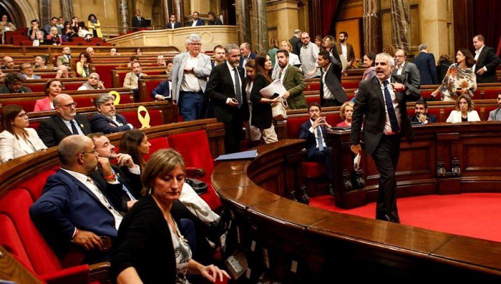 El diputado de Ciudadanos Carlos Carrizosa abandona el Parlament tras ser expulsado