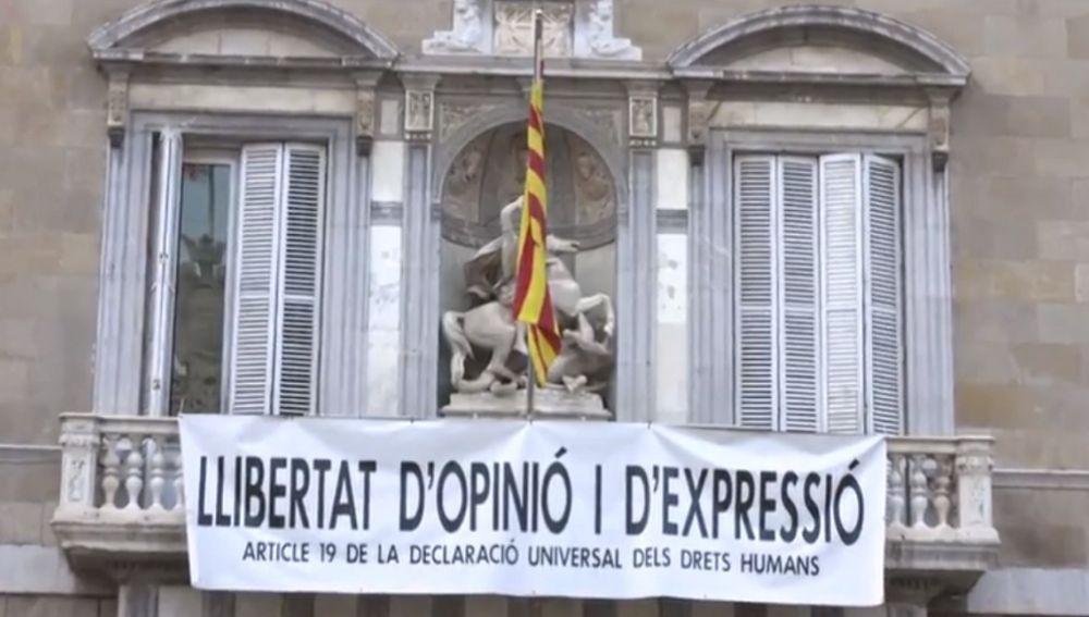 """Imagen de la pancarta colocada en la Generalitat """"por la libertad de expresión"""""""