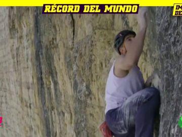 La increíble escalada récord de Dani Arnold en Los Alpes sin cuerdas ni sujeciones