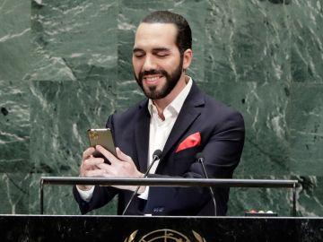 El presidente de El Salvador, Nayib Bukele, haciéndose el selfie en la ONU