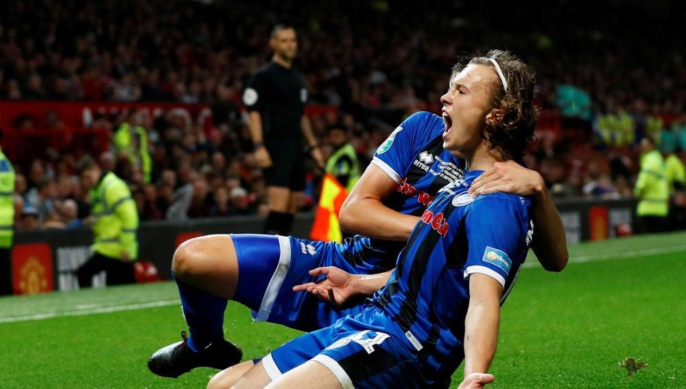 Luke Matheson, a sus 16 años, tras anotar un histórico gol en Old Trafford.