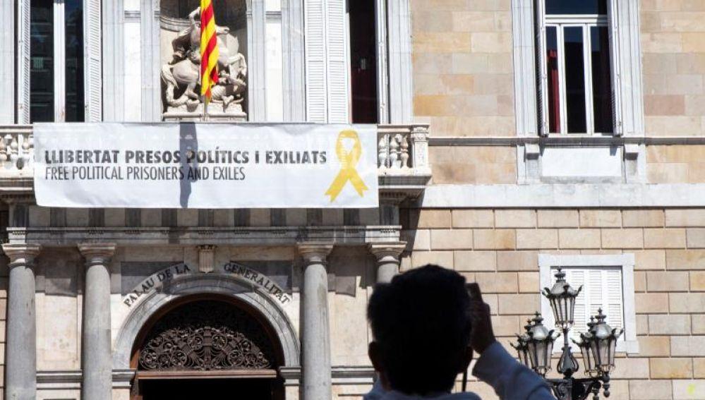 Imagen del balcón del Palau de la Generalitat con la pancarta