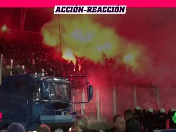La contundente respuesta de la Policía al infierno de bengalas de los ultras