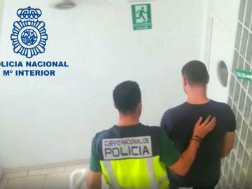 Imagen de archivo de un policía con un detenido