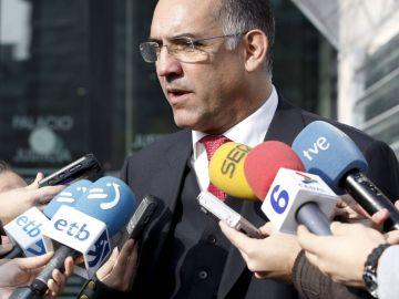 Miguel Alonso Belza atiende a los medios en 2008