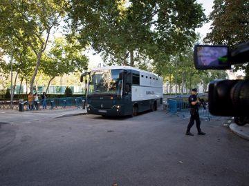 El autobús de la Guardia Civil en el que son trasladados los siete miembros de los CDR
