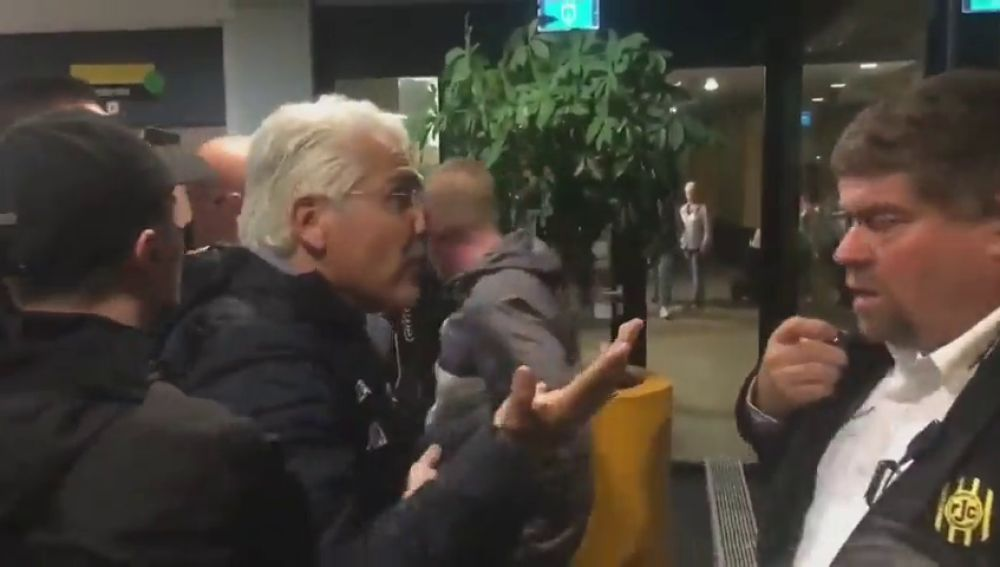 El exdueño del Murcia, haciendo amigos: hinchas del Roda JC lo sacan a empujones de su propio estadio