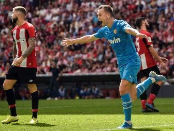 Cherysev celebra un gol con el Valencia