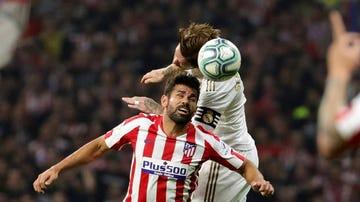 Ramos y Costa pujan por un balón