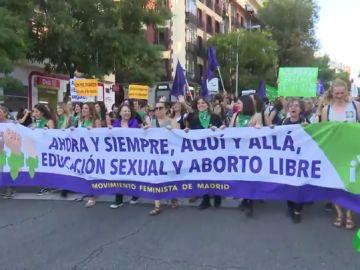 Centenares de mujeres se manifiestan en Madrid para pedir un aborto legal y seguro