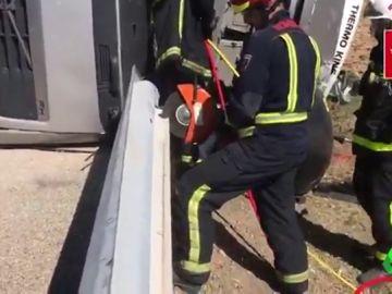 Complicado rescate de un camionero atrapado tras un accidente en Madrid