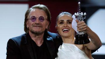 La actriz Penélope Cruz recibe el premio Donostia de manos del cantante Bono