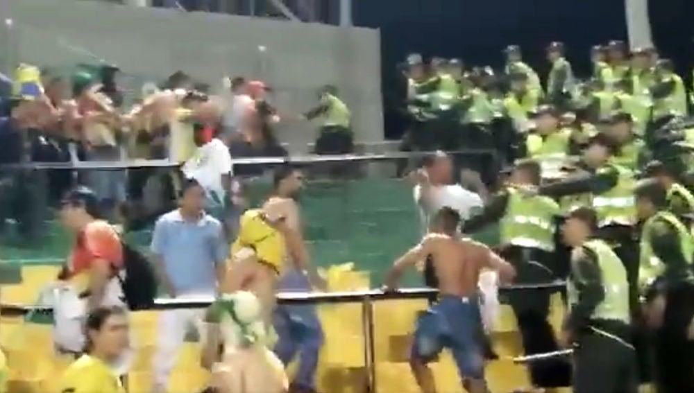 Disturbios en una tribuna de un estadio de Colombia