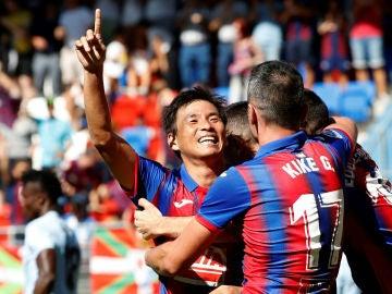 Inui celebra un gol con el Eibar