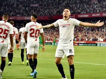 Ocampos celebra un gol con el Sevilla