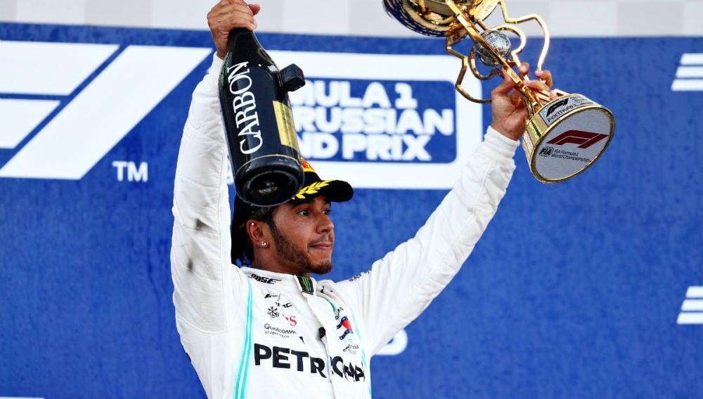Lewis Hamilton celebra su victoria en Rusia