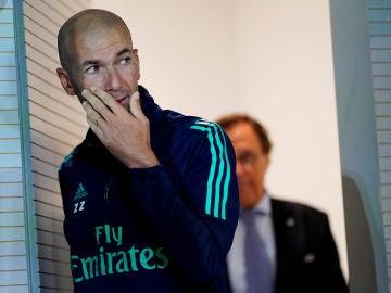 Zidane entra en la sala de prensa