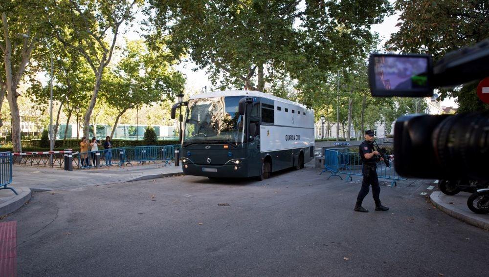 El autobús de la Guardia Civil en el que son trasladados los siete miembros de los CDR detenidos