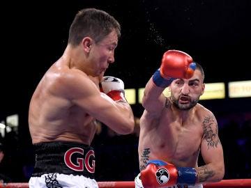 Vanes Martirosyan intenta golpear a Golovkin
