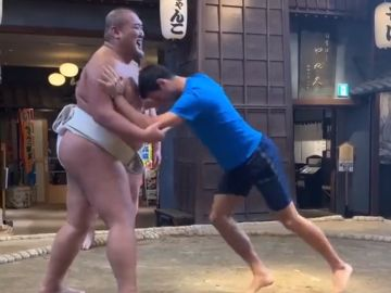 Djokovic prueba como luchador de sumo