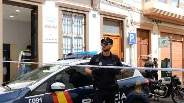 Imagen de archivo de un agente vigilando la entrada a un edificio en Las Palmas de Gran Canaria