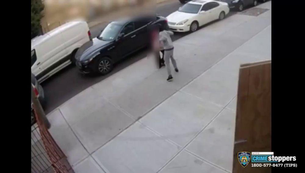 Buscan a un hombre que rompió la mandíbula de un puñetazo a una anciana cuando paseaba por la calle