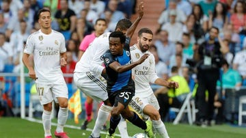 Eléctrico Percy Tau ante el Real Madrid.