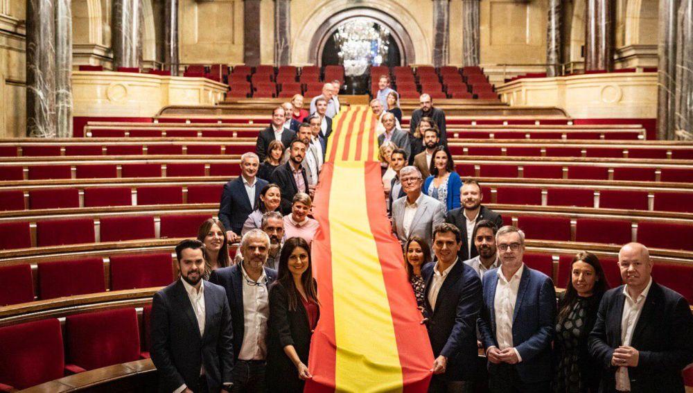 Los miembros de Cs sujetan una doble bandera de España y Cataluña en el Parlament