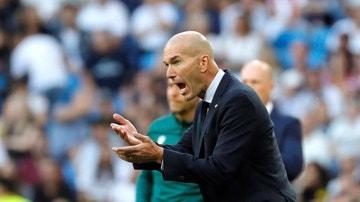 Zinedine Zidane, animando a sus jugadores ante el Brujas.