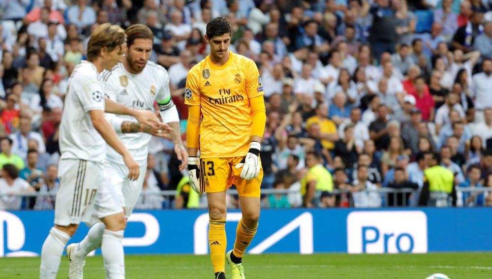 Courtois, cabizbajo tras recibir un gol del Brujas en Champions League.
