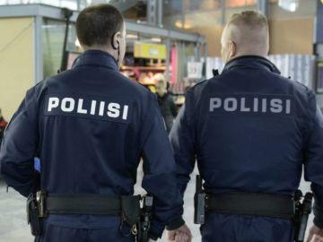 Dos agentes de la Policía de Finlandia