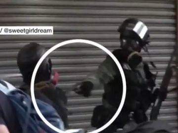 El momento en el que un policía dispara a bocajarro contra un manifestante en Hong Kong