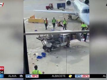 Un carro de catering descontrolado siembra el caos en un aeropuerto